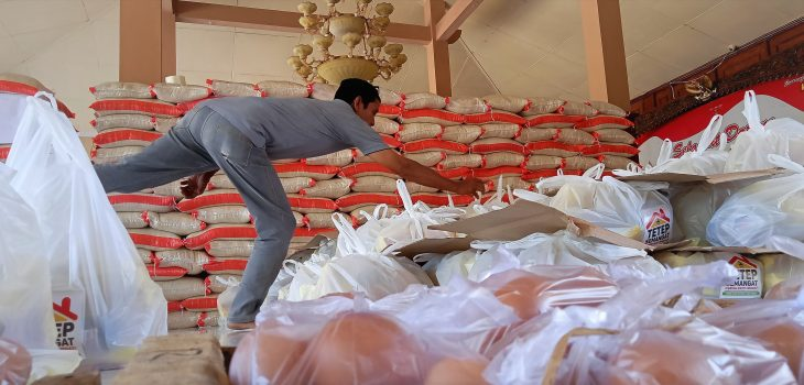 Petugas Menyiapkan Bantuan TIngkat Provinsi